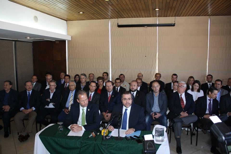 Rudolf Jacobs, Directivo de la Cámara de Industria de Guatemala (izquierda) junto a José González-Campo, Presidente del Comité Coordinador de Asociaciones Agrícolas, Comerciales, Industriales y Financieras (CACIF) , derecha.